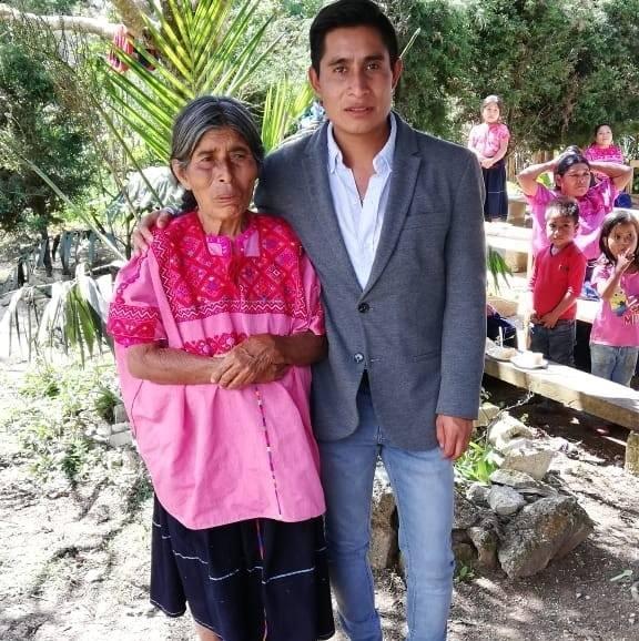 Con su mamá, quien siempre le ha apoyado (Facebook de Alberto López)